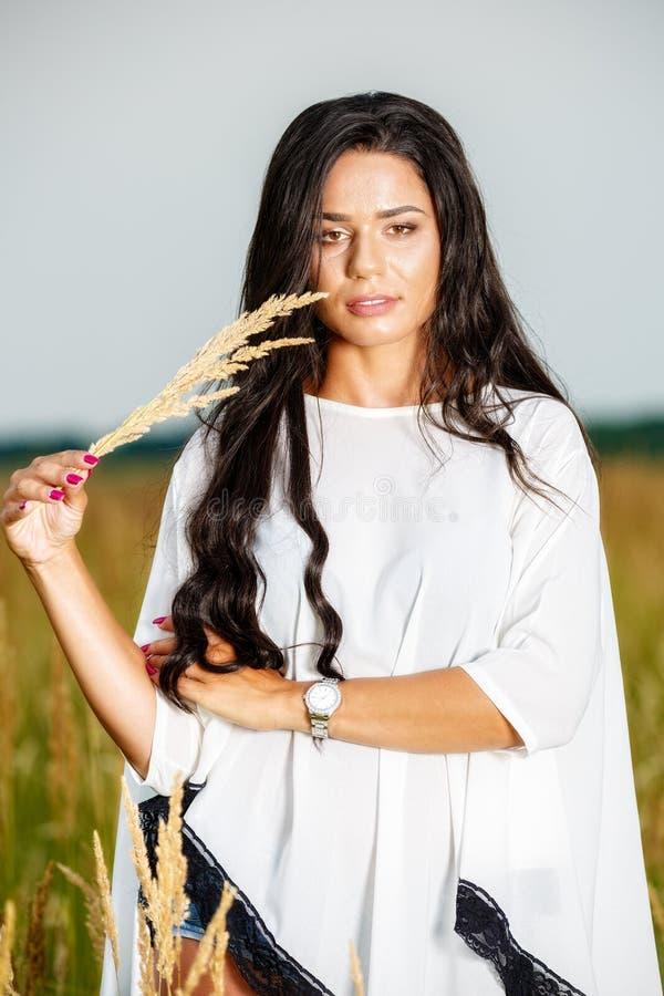 Vrije Gelukkige Vrouw die van Aard en Vrijheid genieten Schoonheidsmeisje Outdoo royalty-vrije stock foto's