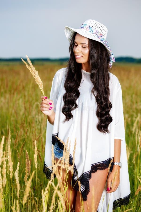 Vrije Gelukkige Vrouw die van Aard en Vrijheid genieten Schoonheidsmeisje Outdoo stock afbeelding