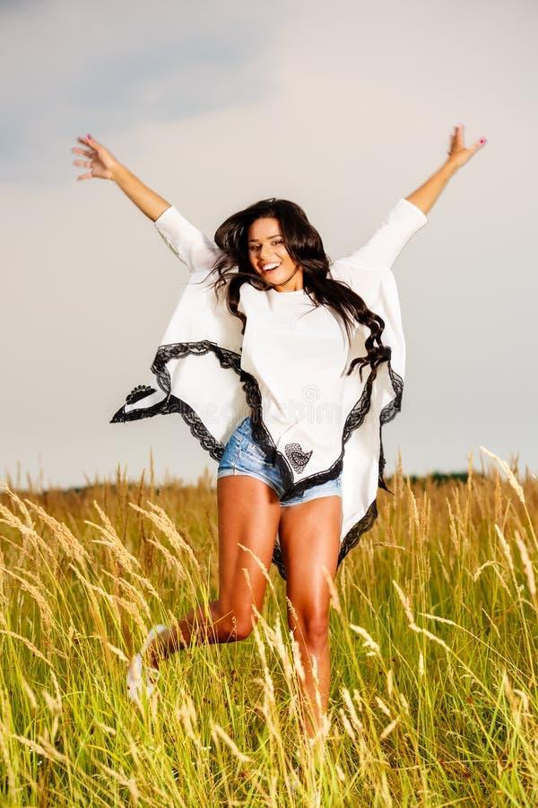 Vrije Gelukkige Vrouw die van Aard en Vrijheid genieten Schoonheidsmeisje Outdoo stock foto's