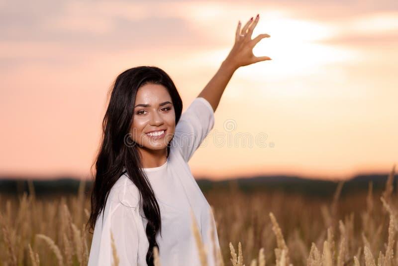 Vrije Gelukkige Vrouw die van Aard en Vrijheid genieten Schoonheidsmeisje Outdoo stock foto