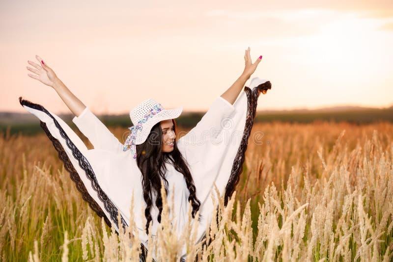 Vrije Gelukkige Vrouw die van Aard en Vrijheid genieten Schoonheidsmeisje Outdoo stock afbeeldingen