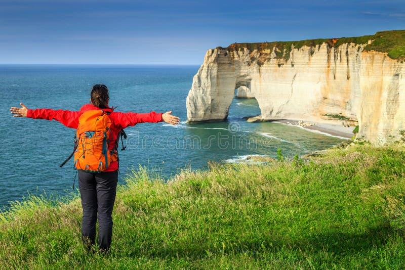 Vrije gelukkige vrouw die van aard, Etretat, Normandië, Frankrijk genieten stock afbeeldingen