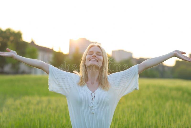 Vrije gelukkige vrouw die van aard in openlucht genieten Het concept van de vrijheid stock afbeeldingen