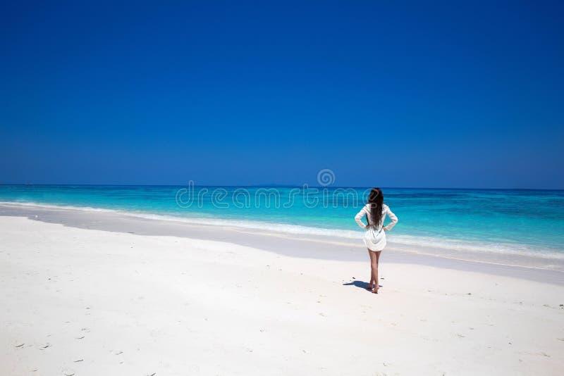 Vrije Gelukkige Vrouw die van tropisch strand, meisje genieten die op exotisch lopen stock afbeelding
