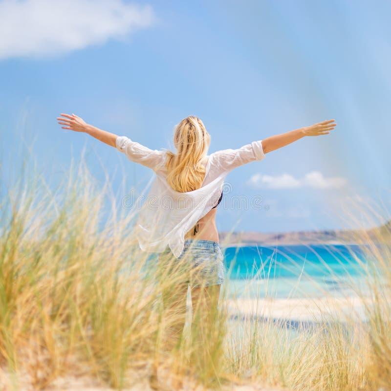 Vrije Gelukkige Vrouw die van Zon op Vakanties genieten stock afbeelding