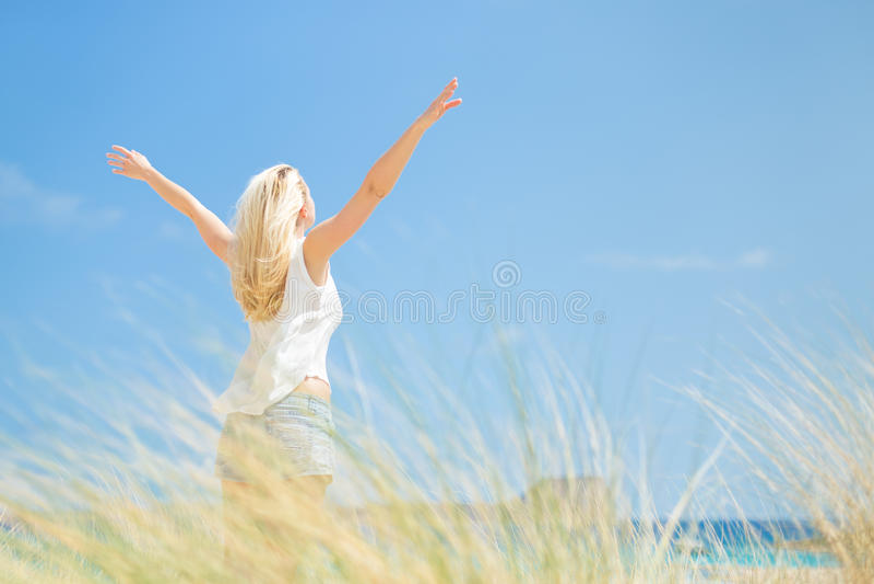 Vrije Gelukkige Vrouw die van Zon op Vakanties genieten stock foto's