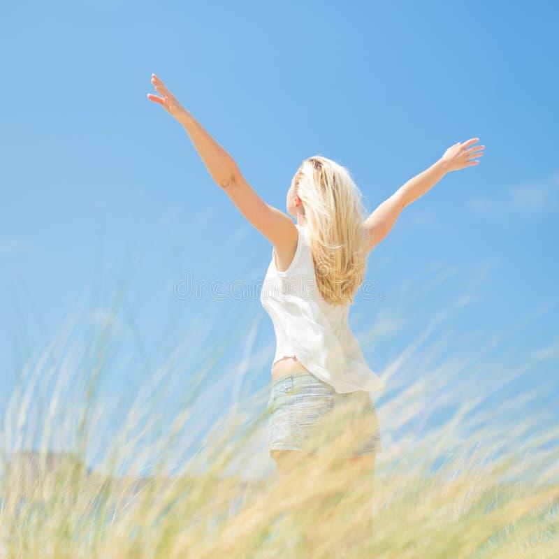 Vrije Gelukkige Vrouw die van Zon op Vakanties genieten stock foto