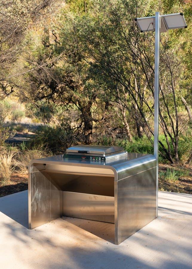 Vrije openbare zonne elektrische BBQ in de West-Macdonnell Ranges in binnenland Australië stock fotografie