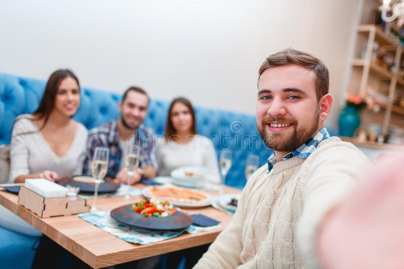 Vrije tijd, eten, voedsel en dranken, glimlachende vrienden die diner hebben en champagne drinken bij restaurant royalty-vrije stock foto's