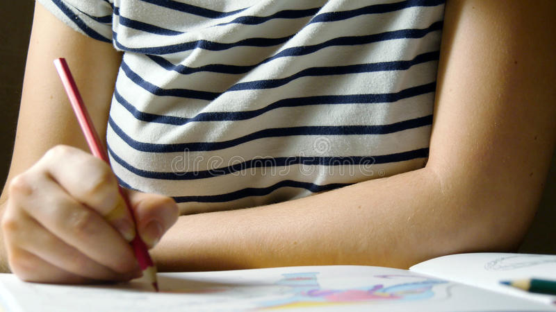 Vrije tijd van jong meisje Volwassen kleurend boek stock foto's
