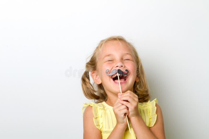 Vrije tijd voor pret Sluit portret omhoog klein meisje met valse snor met mollig royalty-vrije stock foto