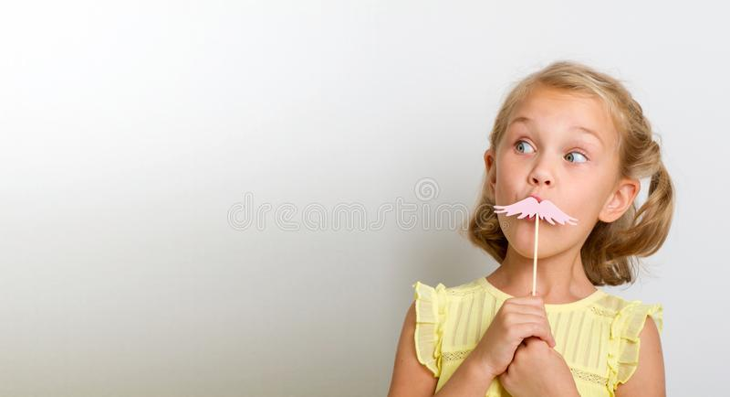 Vrije tijd voor pret Sluit portret omhoog klein meisje met valse snor met mollig stock afbeeldingen