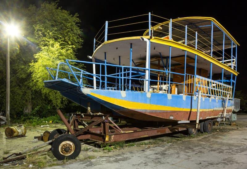 Vrije tijdsboot met behoefte aan Reparatie stock fotografie