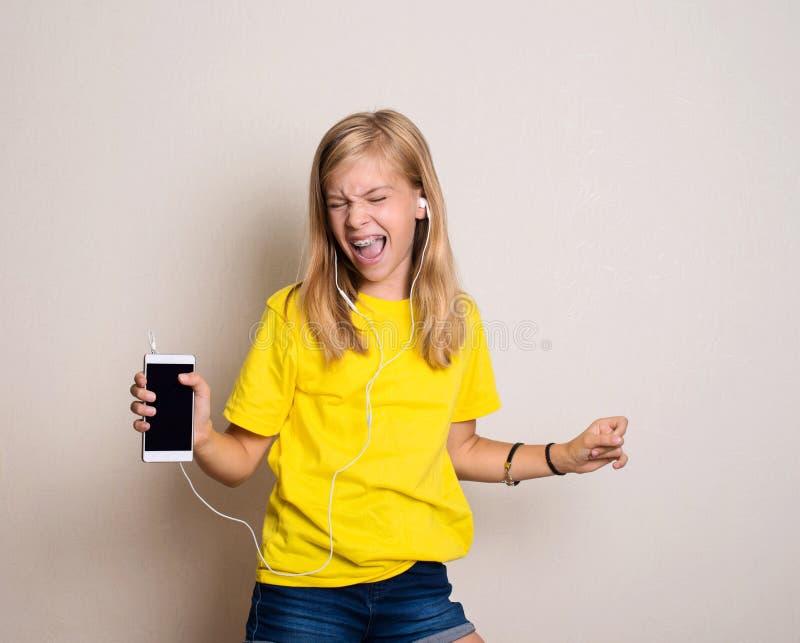 Vrije tijdsconcept Gelukkige pretiener of tiener in hoofdtelefoonsli royalty-vrije stock afbeelding