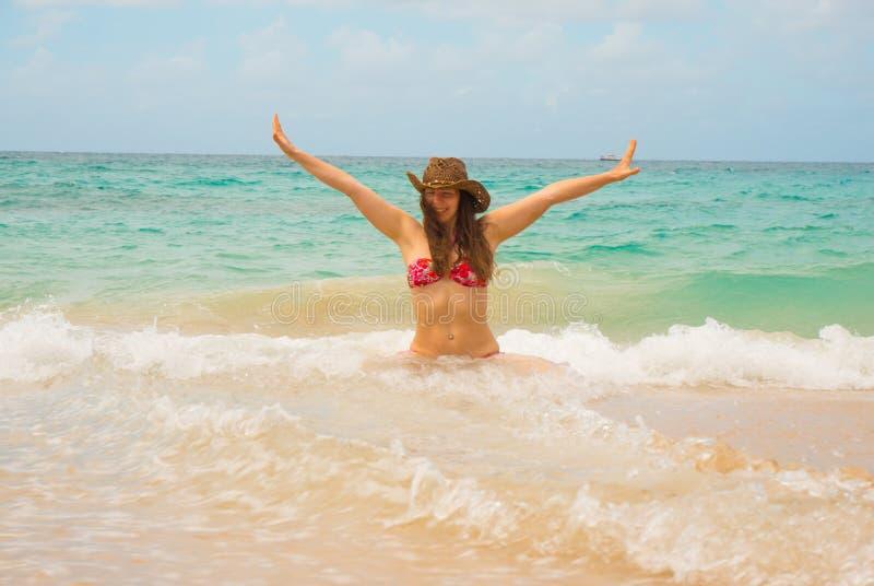 Vrije vrouw die in hoed van vrijheid genieten die gelukkig bij strand van overzees voelen royalty-vrije stock foto