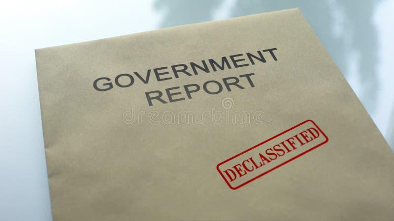 Vrijgegeven overheidsrapport, gestempelde verbinding over omslag met belangrijke documenten royalty-vrije stock foto