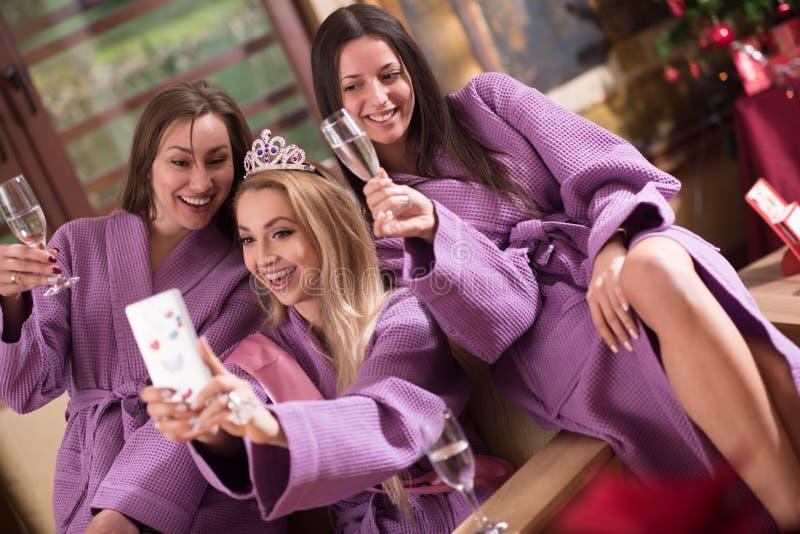 Vrijgezellinpartij, die selfie maken stock afbeelding