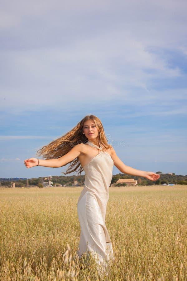 Vrijheid in aard, jonge vrouw in de zomer royalty-vrije stock foto's