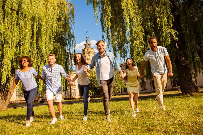 Vrijheid, studenten, vriendschap, de zomer, pretconcept Gelukkige zes binnen stock foto