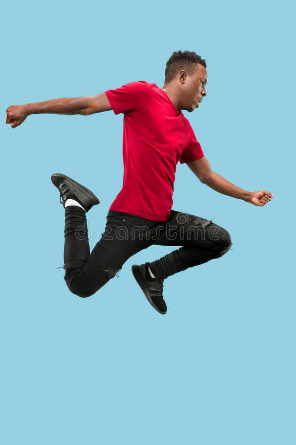 Vrijheid in zich het bewegen en voorwaartse motie Het gelukkige verraste jonge afromens springen stock afbeelding