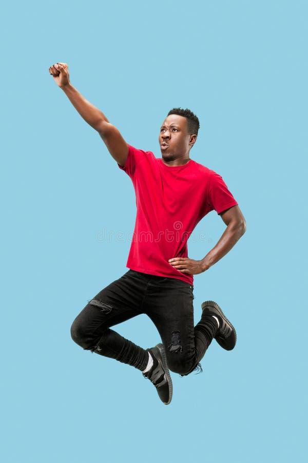 Vrijheid in zich het bewegen en voorwaartse motie Het gelukkige verraste jonge afromens springen royalty-vrije stock fotografie