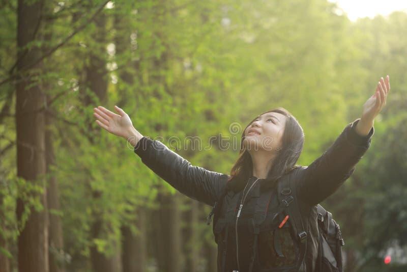 Vrijheids gelukkige vrouw die vrij in aard in de lente de zomer openlucht voelen stock afbeelding