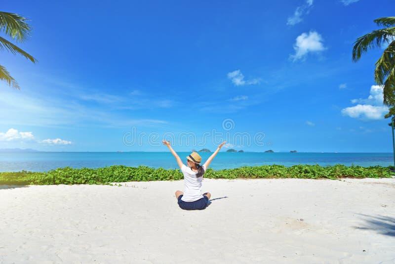 Vrijheids jonge vrouw met wapens omhoog uitgestrekt aan de hemel royalty-vrije stock foto