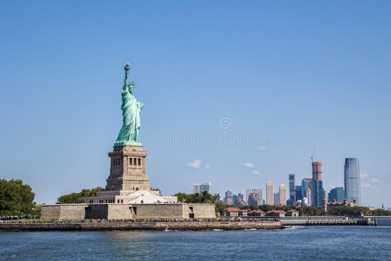Vrijheidseiland met Manhattan als bakground stock afbeelding