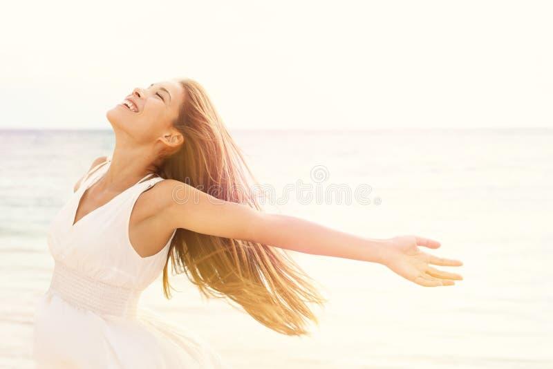 Vrijheidsvrouw in vrije gelukzaligheid op strand royalty-vrije stock foto's