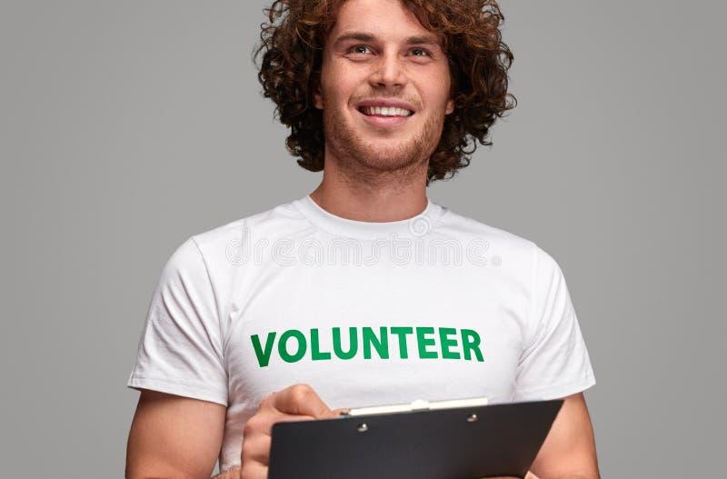 Vrijwilliger die met klembord weg kijken royalty-vrije stock foto