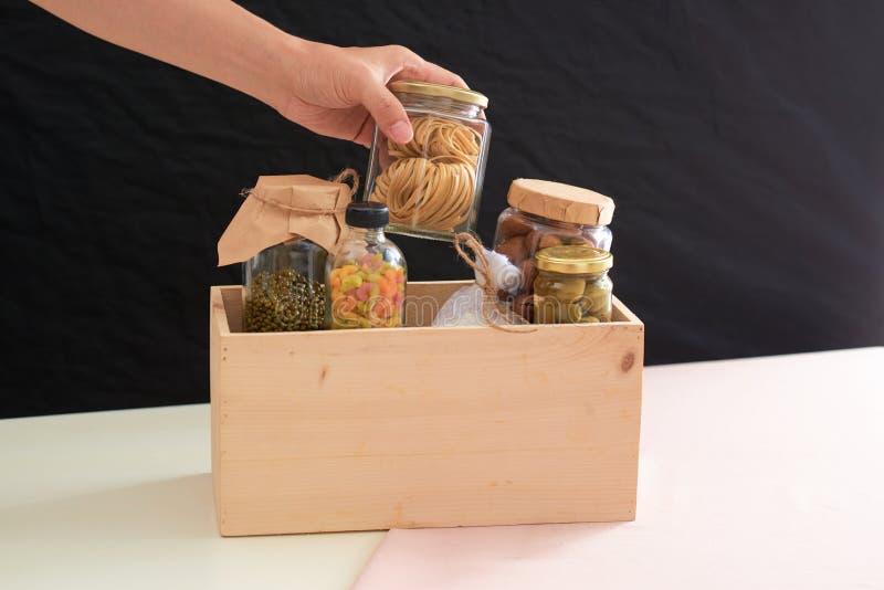 Vrijwilliger met doos voedsel voor armen Schenkingsconcept royalty-vrije stock foto's