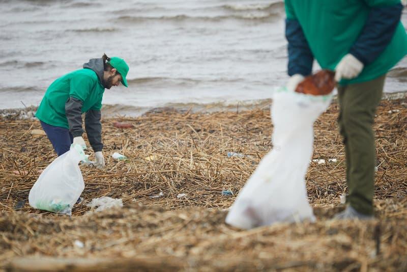 Vrijwilligers die aan kust werken royalty-vrije stock fotografie