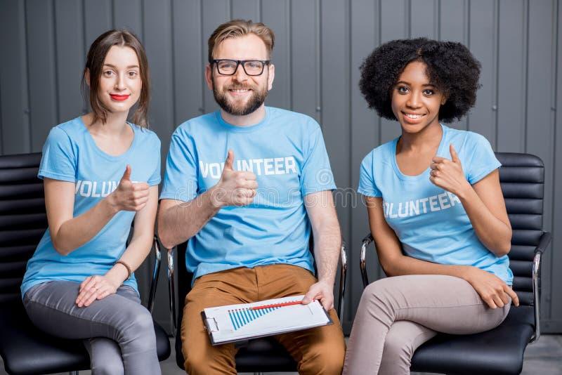 Vrijwilligers die op het kantoor werken royalty-vrije stock afbeelding