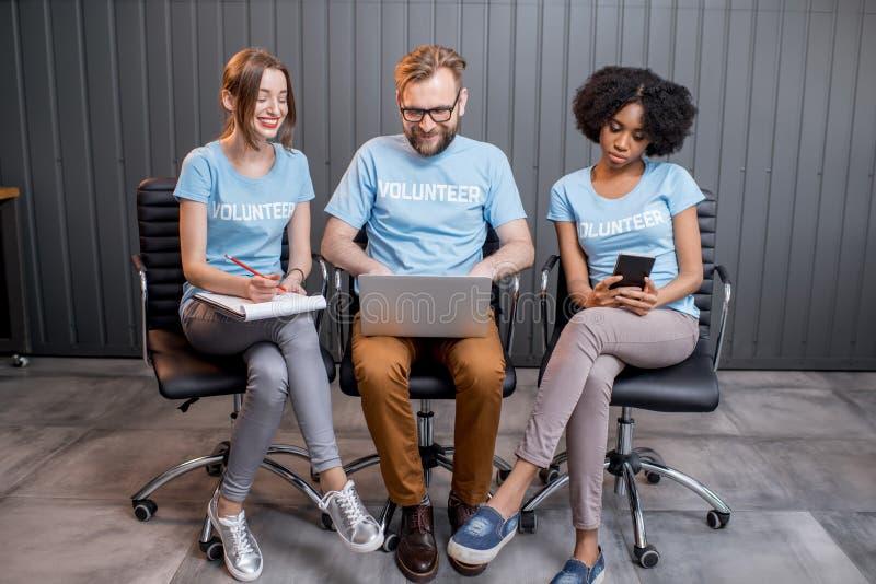 Vrijwilligers die op het kantoor werken royalty-vrije stock foto