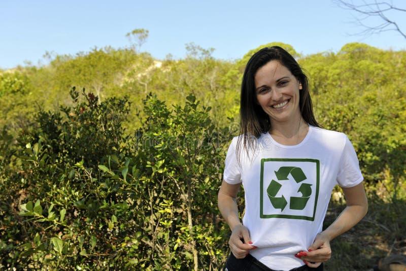 Vrijwilligers dragend een recyclingst-shirt royalty-vrije stock fotografie