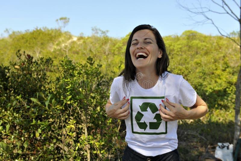 Vrijwilligers dragend een recyclingst-shirt stock afbeeldingen