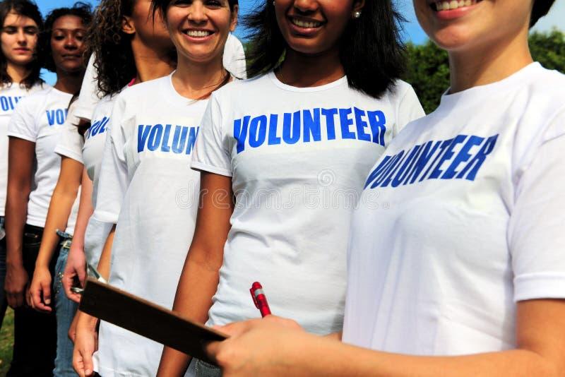 Vrijwilligers groepsregister voor gebeurtenis stock foto
