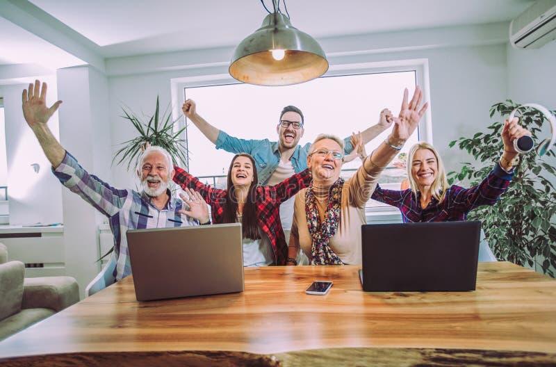 Vrijwilligersopvoeders en oudere mensen gelukkig na opleiding royalty-vrije stock foto