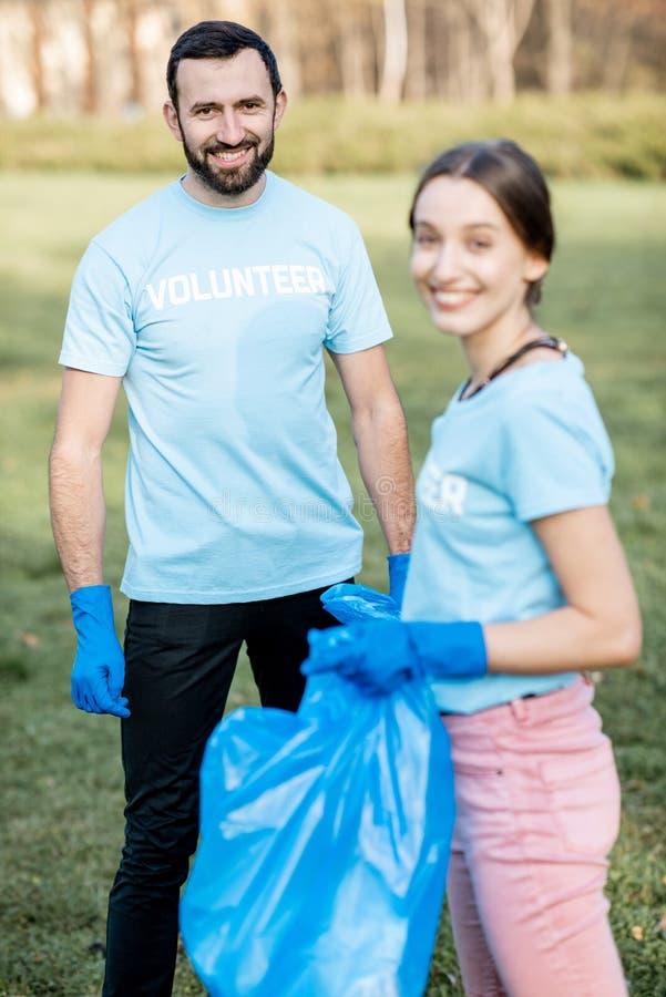 Vrijwilligersportret met vuilniszakken in het park royalty-vrije stock afbeelding