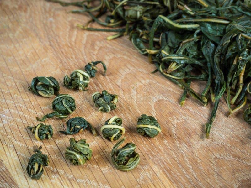 Vrillage manuel des feuilles de thé pour la fermentation Fermentation de thé d'Ivan images stock