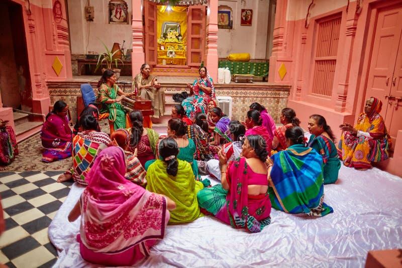 Vrindavan, 22-ое октября 2016: Группа в составе песнопение женщин в y виска стоковые фото