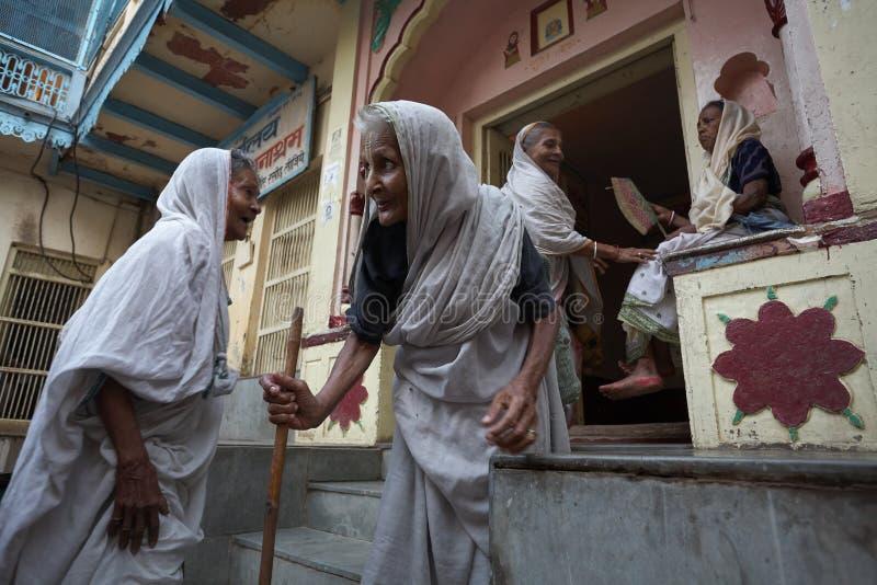 Vrindavan, Indien, im August 2009 Witwen in der Straße lizenzfreies stockbild