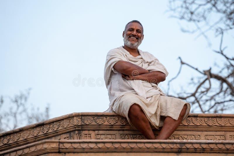 Vrindavan, Indien März 2017 Indische glückliche Mannnahaufnahme, Landbevölkerung des täglichen Lebensstils, Vrindavan, Indien, Sü lizenzfreies stockbild