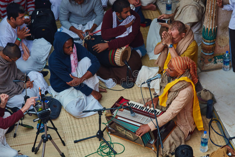 Vrindavan, o 22 de outubro de 2016: Canto do grupo de Krishna da lebre em Vrindava imagem de stock royalty free