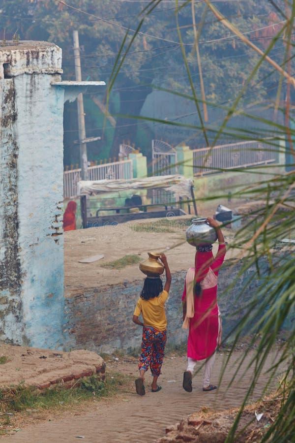 Vrindavan 22 Oktober 2016: Två kvinnor som bär krus på deras hea arkivfoton