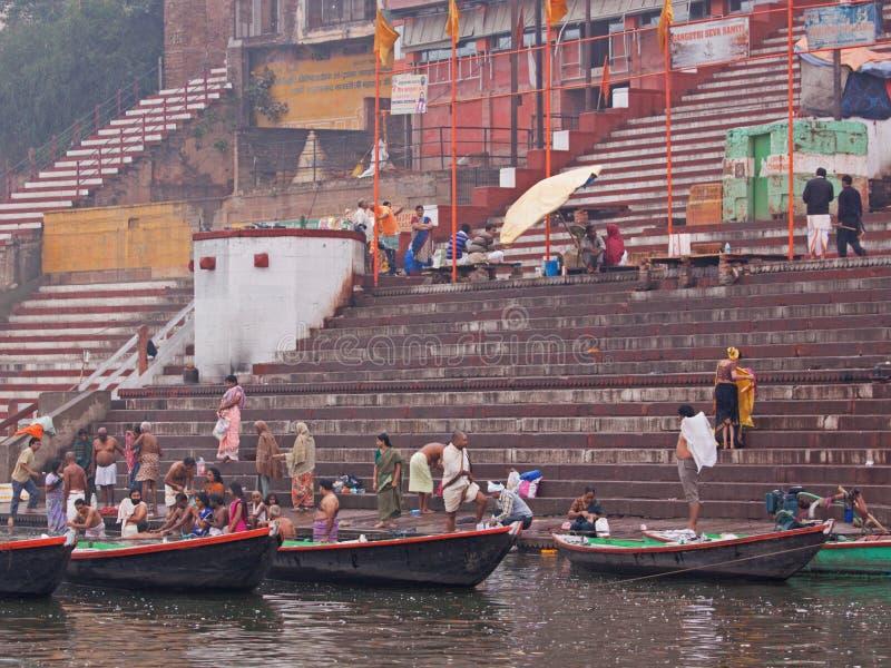 Vroeg badend in de Ganges stock foto's