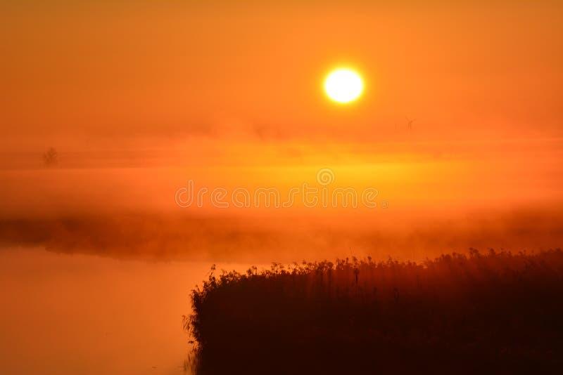 Vroeg in de ochtend bij en van September die op de zonsopgang letten royalty-vrije stock foto