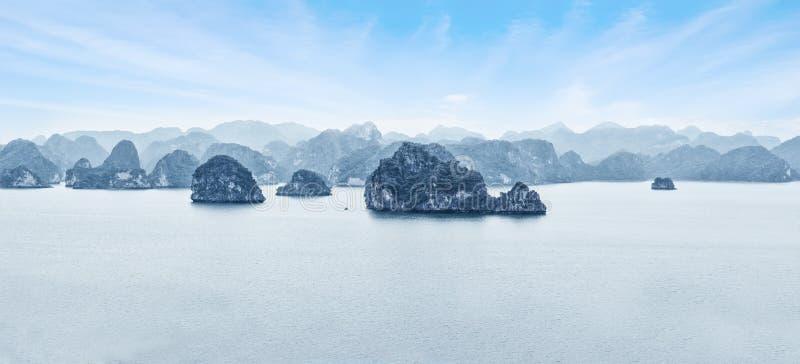 Vroeg ochtendlandschap met blauwe mist en kalksteenrotsen bij Ha stock foto's