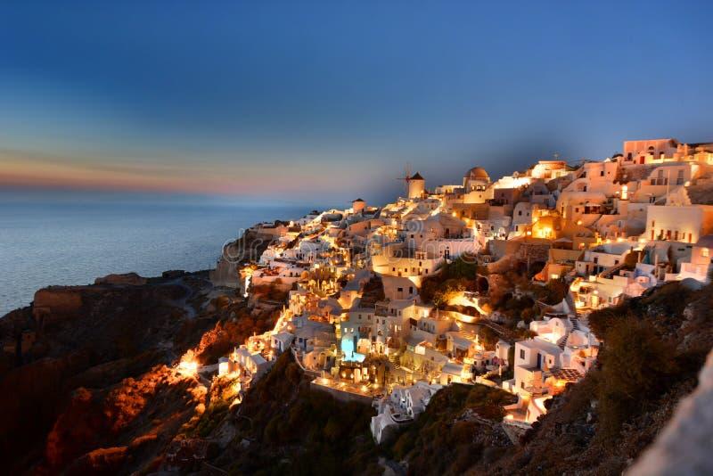 Vroege avondlichten in Oia Santorini, de eilanden van Cycladen Griekenland stock fotografie