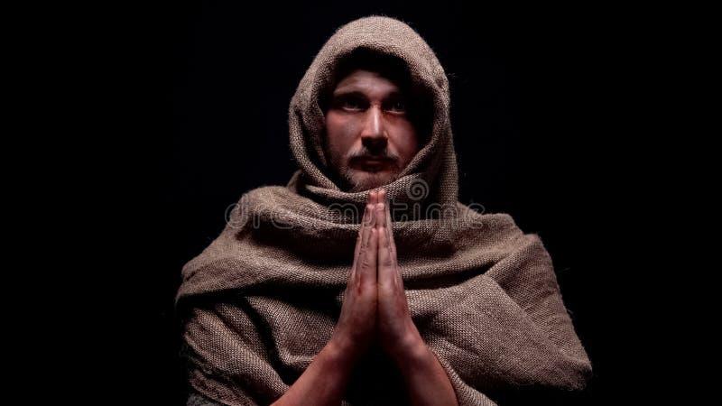 Vroege christelijke helderziende in en robe die, geloof in god direct bidden eruit zien royalty-vrije stock afbeelding